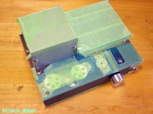 組立時キズ防止に養生テープを貼ります。