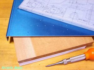 ポンチ打ちする場合はシャーシ裏側に、堅めの板材で当て木します。
