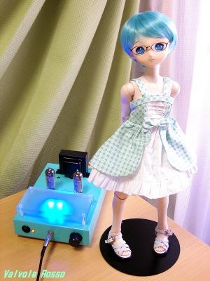 春日無線E81Lヘッドフォンアンプ (KA-20SH Tube Headphone Amplifier) チェレステ色シャーシ試作品 アクリルステージ追加設置改造 PARABOXボディ 40cm、Aiちゃん彩色済ヘッド、アニメベーシックアイ光彩Aスカイブルー、メタルフレーム眼鏡(ゴールド)、ショート(ブルー)ウィッグ、ロリータジャンドレ緑チェック、ぺったんこサンダル