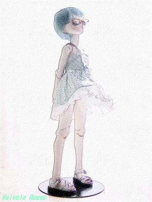 PARABOXボディ 40cm、Aiちゃん彩色済ヘッド、アニメベーシックアイ光彩Aスカイブルー、メタルフレーム眼鏡(ゴールド)、ショート(ブルー)ウィッグ、ロリータジャンドレ緑チェック、ぺったんこサンダル白 色鉛筆画バージョン