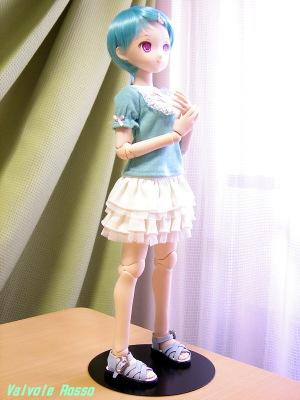 PARABOXボディ 40cm、Rちゃん彩色済ヘッド、ショート(ブルー)ウィッグ、ミニチュアパッチン髪留め(ピンク)、ヨークブラウス・ギンガムチェック(グリーン)、レイヤースカート(白)、編みサンダル(青)