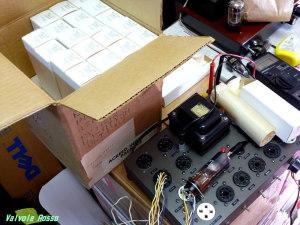 CV1052 EL32 箱買いした真空管を測定してペア取りしている様子。