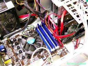 3年前のパソコンを組んでる様子(HDDのSATA配線の様子)