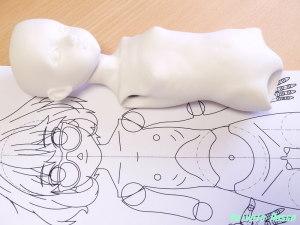 原寸にプリントアウトした栗山未来バージョン設計図のモデリング・キャスト収縮後と、(株)パジコ イージースリップ製 球体関節人形キットP-5 を比べてみた。