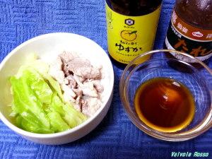 スタミナ源たれで作る豚肉とキャベツの簡単鍋。キッコーマンゆずかをつけて食べます。