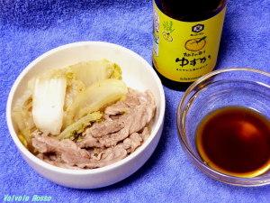 スタミナ源たれで作る白菜と豚肉の簡単鍋。キッコーマンゆずかをつけて食べます。
