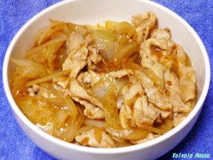 タマネギたっぷりキッコーマン生姜焼のたれで作った大盛り豚丼。 豚肉200gとタマネギ(中)一個を使用。タマネギ一個分を追加すると味が薄くなるので、キッコーマン生姜焼のたれは通常使用量の1.5~2倍入れます。