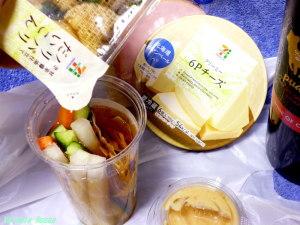 セブンイレブン パリパリ大根のパッケージをちょろっと開けて、漬け汁を野菜スティックに移します。元ネタは、「セブン 岩下の新生姜」でググってね!