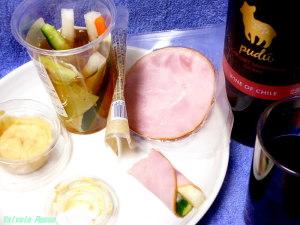 セブンイレブン パリパリ大根の漬け汁で浅漬けした野菜スティックに、味噌マヨネーズをちょんちょん付けてロースハムに巻いて食べます。旨し!