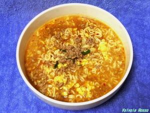 「宮崎 辛麺」は、ラードで揚げた油揚げ麺なので、ほんのりと麺に味があって辛旨スープと合うかも。。。