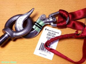 スイベルアイフックに、登山用ナイロン・ロープを結びます。