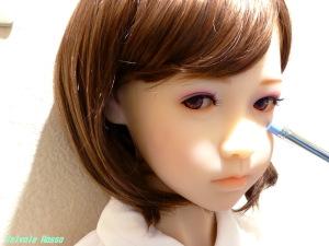 ペンシルホルダーの消しゴムを眼球部分に当てて、ドールアイの視線を調整できます。