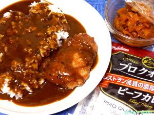 セブンイレブンのホットスナック竜田揚げ鳥に醤油をちょろっと掛けて、ハウス プロクオリティ カレーで作る「和風竜田揚げチキン・カレー」も美味しいよ!