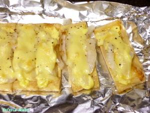 チーズ表面がほんのりキツネ色になったら完成。パパッとあらびきブラックペッパーを振ります。