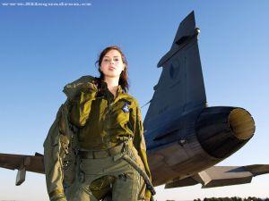 チェコ空軍 JAS-39D の女性パイロット。。。本物?コスプレ?