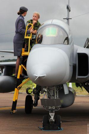 こちらの JAS-39グリペン の写真は本物っぽい。ていうか、地上員のスカートから伸びる黒ストッキングの脚が眩しいデス。 ( おい。。。(^_^; )