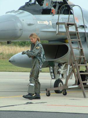 F-16 と女性パイロット