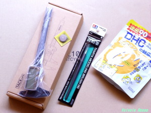 タミヤの細筆は「あわせ買い対象」なので、デジタルノギスとサプリを買いました。