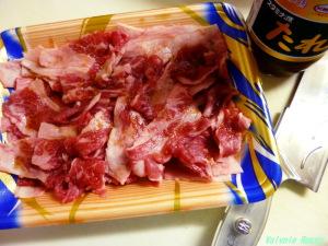 冷凍していたスーパーのセール品、100g158円アメリカ産牛切り落としを解凍して、スタミナ源たれ(大さじ1強)に漬け込みます。