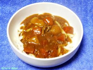 冷凍さぬきうどんを熱盛りにしてバーモントカレーをかけます。これにもあらかじめ麺にスタミナ源たれのにんにくの下味をつけておくと、パンチの効いたメリハリのある味になります。