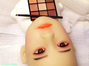 ダイソー9色パレットを使用して、AXB Doll #41ヘッドの涙袋メイクをする。