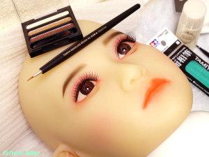 キャンドゥ・クレヨンタッチミーを使用して、AXB Doll #41ヘッドの涙袋メイクをする。