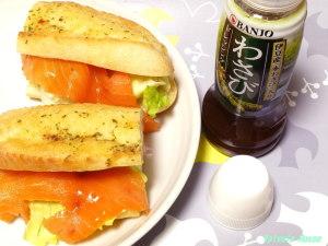 パンに挟んだスモークサーモンにわさびドレッシングをかけて食す。うまし。